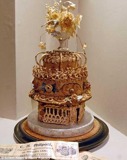 این کیک عروسی قدیمی ترین کیک در جهان است +عکس مجموعه : مطالب جالب و خواندنی این کیک عروسی دارای یک شکاف در کنار خود می باشد که به دلیل انفجار یک بمب در جنگ جهانی دوم به وجود آمده است.یک کیک عروسی که در سال ۱۸۹۸ پخته شده است یعنی همزمان با ملکه ویکتوریا،۱۱۳ […]