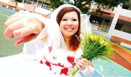 دختری که بدون خواستگار جشن عروسی برگزار کرد مجموعه : مطالب جالب و خواندنی زنی تایوانی به دلیل کمبود خواستگار تصمیم گرفت بدون حضور داماد مراسم ازدواج خود را برگزار کند! «چن وی یه» که به نظرش برای برگزاری جشن عروسی به جناب داماد نیازی ندارد، در روز مقرر پیراهن سفیدش را بر تن میکند، […]
