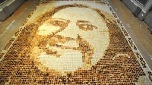 لائورا هادلند ۲۷ ساله برای تهیه و طبخ این نان غول پیکر از ۶۰۰ قرص نان استفاده کرد. زن انگلیسی با همکاری ۴۰ تن از دوستان خود در مدت زمان شش ساعته، قطعههای نان را با درجههای مختلف تست کردند و بعد آنها را در ابعاد مختلف به گونهای پیچیدند که تصویر دلخواه در آن […]