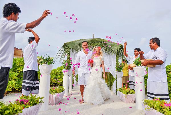 مالدیو گردی؛ عروسی رویایی بر فراز اقیانوس هند گزارش روزیاتو از رونق صنعت عروسی در مجمع الجزایر مالدیو علی زمانی جمعه، ۰۸ بهمن گردشگری ۵ نظر http://rzto.ir/ddp مالدیو، گر چه مکان ناشناخته ای برای ایرانیان محسوب می شود و کمتر، مقصد گردشگری پر مخاطبی در قاره کهن بوده است، اما خیلی از ایرانیان نام این […]