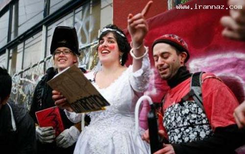 به گزارش ایران ناز این زن آمریکایی با یک ساختمان ۱۰۷ ساله قدیمی ازدواج کرده است که برای برگزاری مراسم عقد خود لباس عروس پوشیده است . این زن در مراسم عروسی خود با ساختمان قدیمی که بیش از ۱۰۰ سال عمر دارد حدود ۵۰ تن از دوستان خود را دعوت کرد. ایواز در اعتراض […]