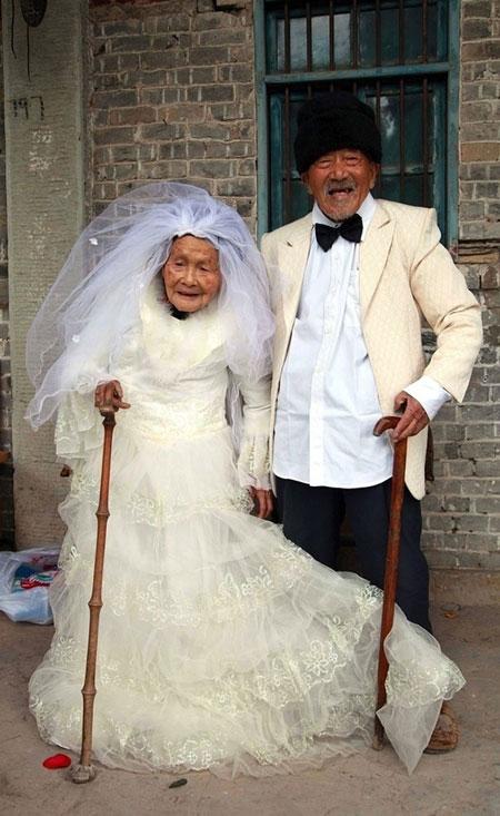 معروف ترین عروس و داماد های پیر +عکس این زن و شوهرها اثبات نمودند که هیچگاه برای عاشق شدن دیر نیست. این درحالی است که متاسفانه پذیرش ازدواج سالمندان در جامعه ما دارای پیچیدگی های خاص خود است و شاید به همین دلیل هم باشد که بسختی از سوی اطرافیان پذیرفته می شود. امتیاز خبر: […]