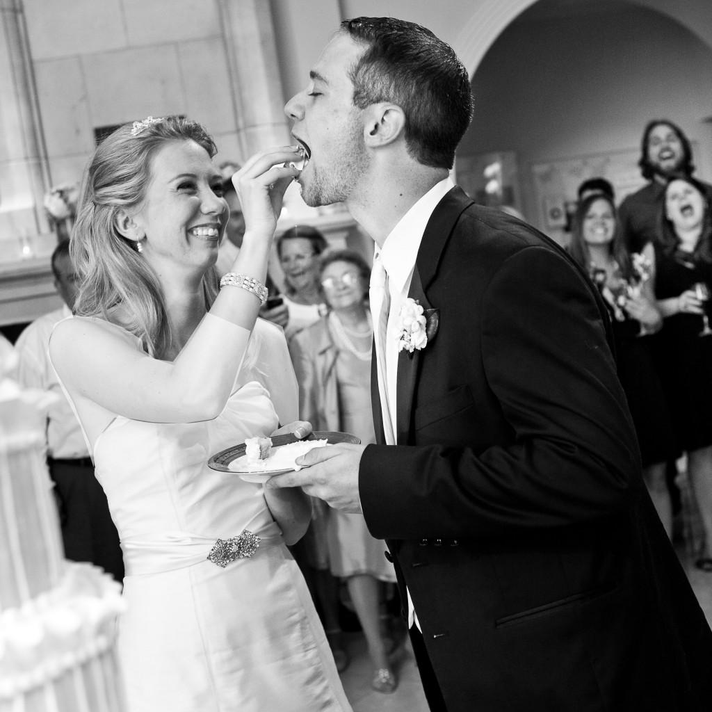 اتفاقات یهویی ولی شیرین لحظه های ماندگار  با اینهمه برنامه ریزی و دقت، بعضی وقتا اتفاقاتی توی جشن عروسی میوفته که هیچ وقت به ذهنمون هم خطور نکرده بوده .قطعا توی اون لحظه واسمون یکم تلخ و ناراحت کننده است ولی مسلما بعدها با دیدن عکس ها و حتی یادآوری اون خاطره مطمئنا لبخند […]