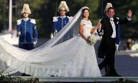 دنیای مد و لباس این قدر جذابیت و مخاطب دارد که لباس پرنس ها و پرنسس های جهان، در صدر اخبار و توجهان مراکز fashion و طرفداران برندها و طراحان مشهور قرار بگیرد. در گزارش امروز، نگاهی مصور خواهیم داشت به لباس عروسی ۱۵ تن از پرنسس های جهان. لباس عروسی پرنسس ها، همواره مد […]
