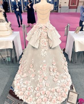 کیک عروسی شگفت انگیز شبیه لباس عروس (+عکس) تابناک با تو – برای بعضی از مردم لباسعروسدر مراسم ازدواج بسیار پر اهمیت است، آنها وقت زیادی را صرف آن می کنند. این لحظه آنقدر برایشان مهم است که احساسات آنان را تحت تأثیر خود قرار می دهد.در سوی دیگر افرادی هم هستند که «کیک» مراسم […]
